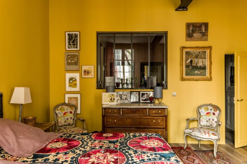 Portrait d 39 une femme en rouge kierszbaum interieurs for Chambre bebe jaune moutarde